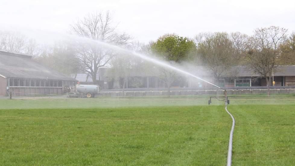 Beregenen van grasland al eerste helft april op melkveeproefbedrijf De Marke in Hengelo (GD).